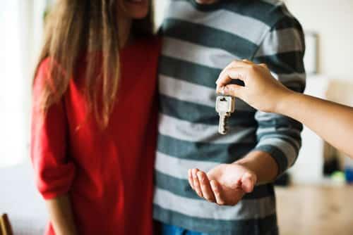 זוג מקבל מפתח לדירה חדשה בקריית היובל בירושלים